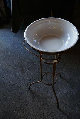 古い手洗い台|洗面器